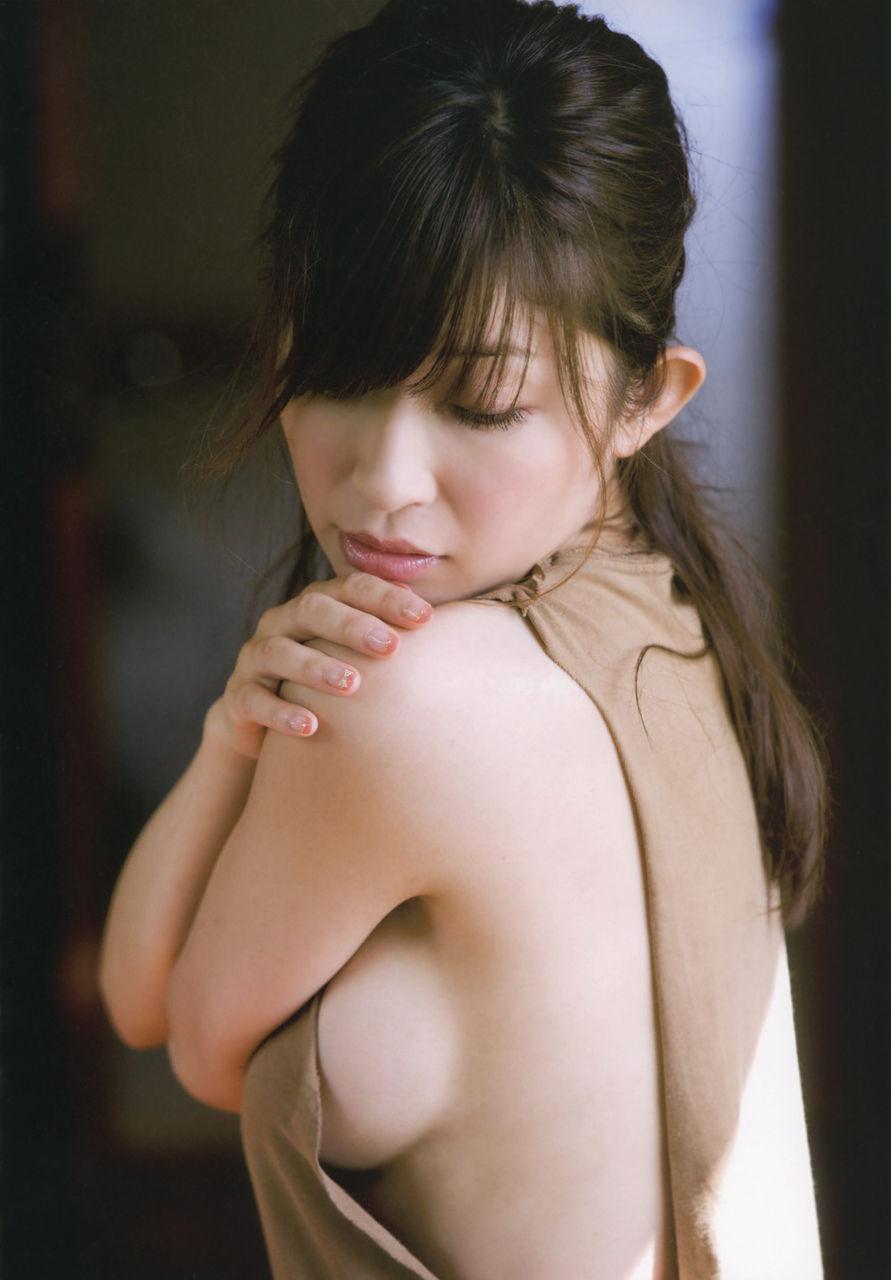 美女 横乳 おっぱい ノーブラ 乳房 ポロリ エロ画像【16】