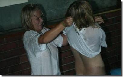 濡れTシャツでレスリングっぽく脱がし合いしてるエロ画像 ④