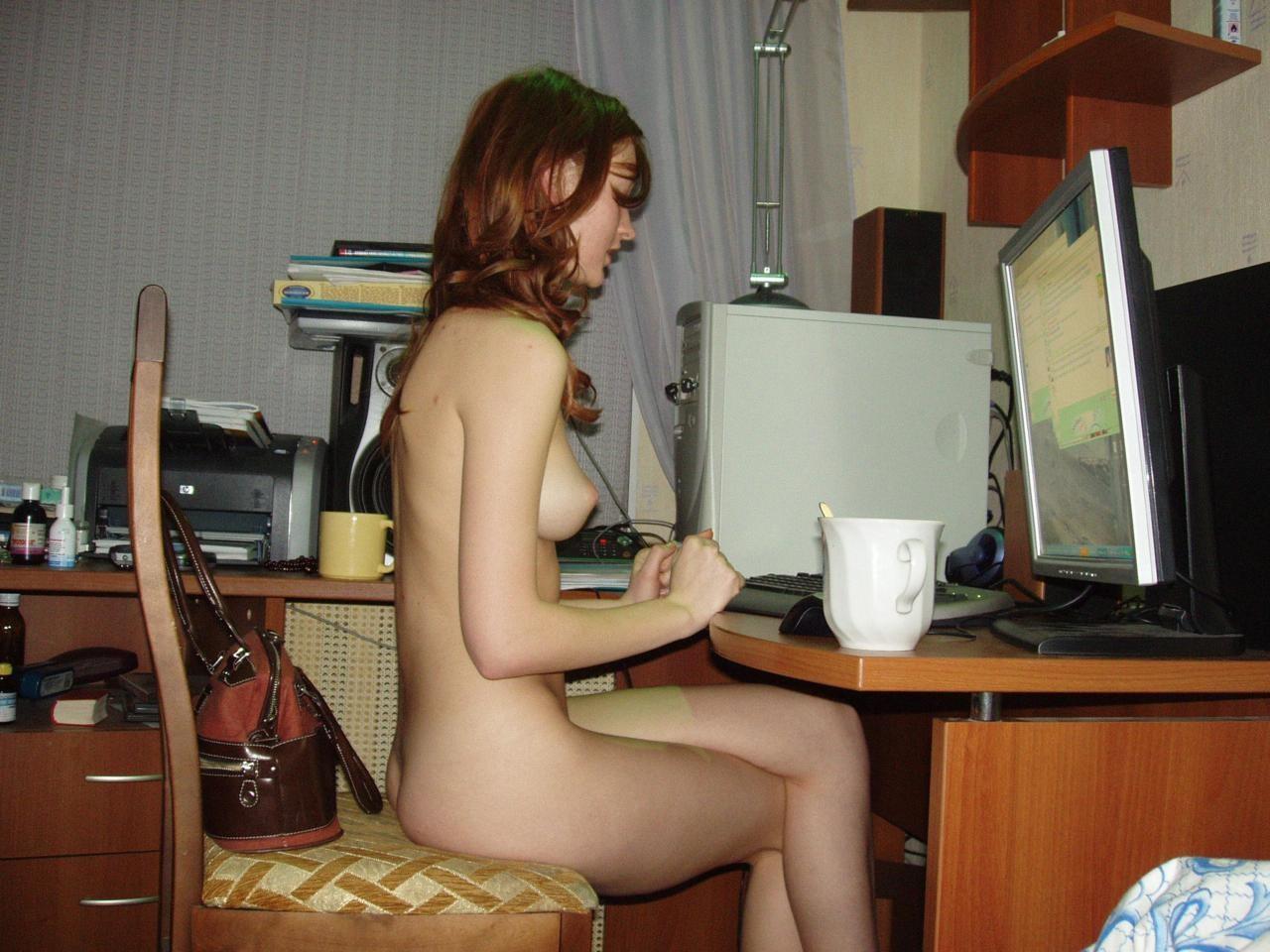 外国人 全裸 半裸 パソコン PC ヌード エロ画像
