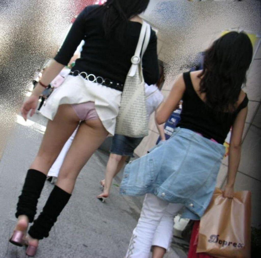 Юбки в складку на японках которые их задирают показывают трусы 11 фотография