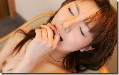 イク時の仕草!自分の口を塞ぐ女と指を噛む女のエロ画像 ③