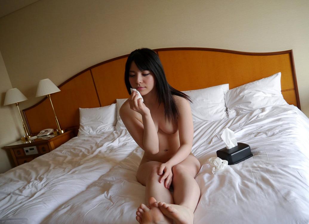 美女 ティッシュ ザーメン 拭く 事後 美人 エロ画像【8】
