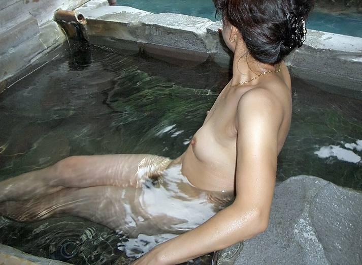 人妻 熟女 温泉 露天風呂 エロ画像【5】