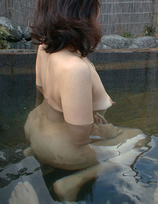 人妻 熟女 温泉 露天風呂 エロ画像【20】