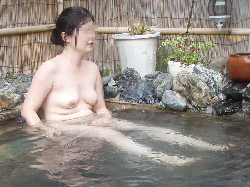 人妻 熟女 温泉 露天風呂 エロ画像【26】