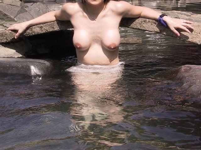 人妻 熟女 温泉 露天風呂 エロ画像【27】