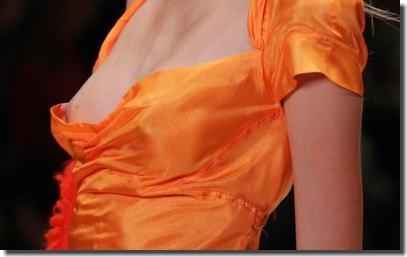 ファッションショーでモデルの乳首が勃起しているエロ画像 ②