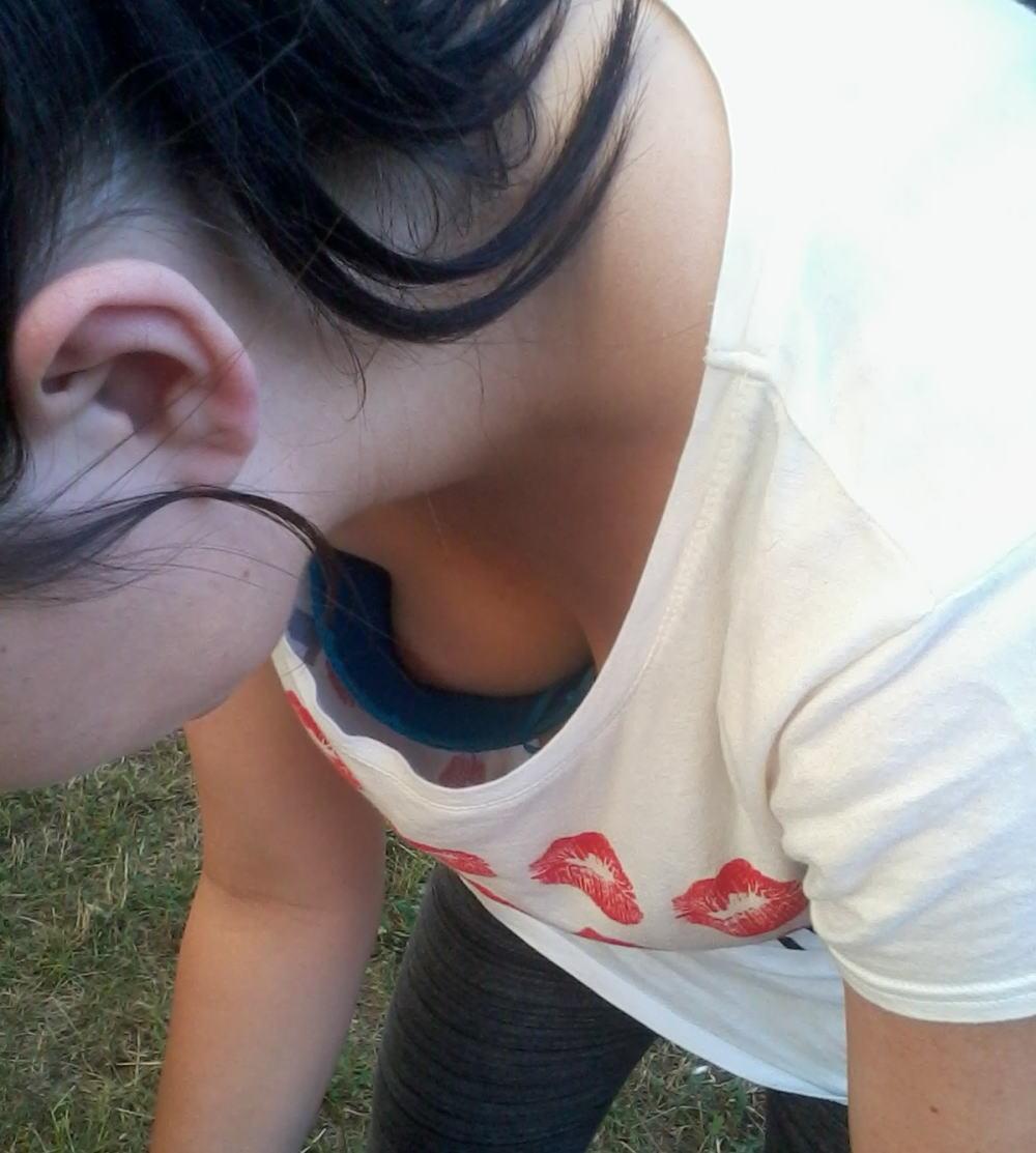 ノーブラ 浮きブラ 乳首チラ ポロリ 胸チラ エロ画像【18】
