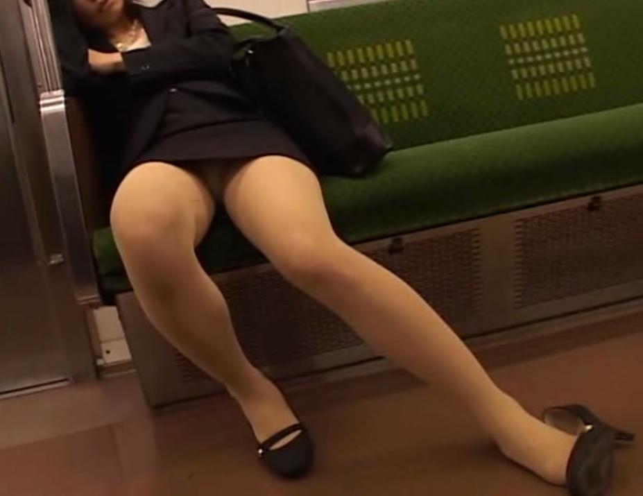 電車 通勤 パンスト パンチラ OL エロ画像【2】
