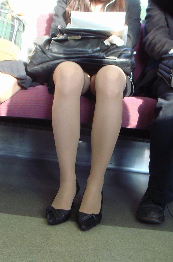 電車 通勤 パンスト パンチラ OL エロ画像【3】