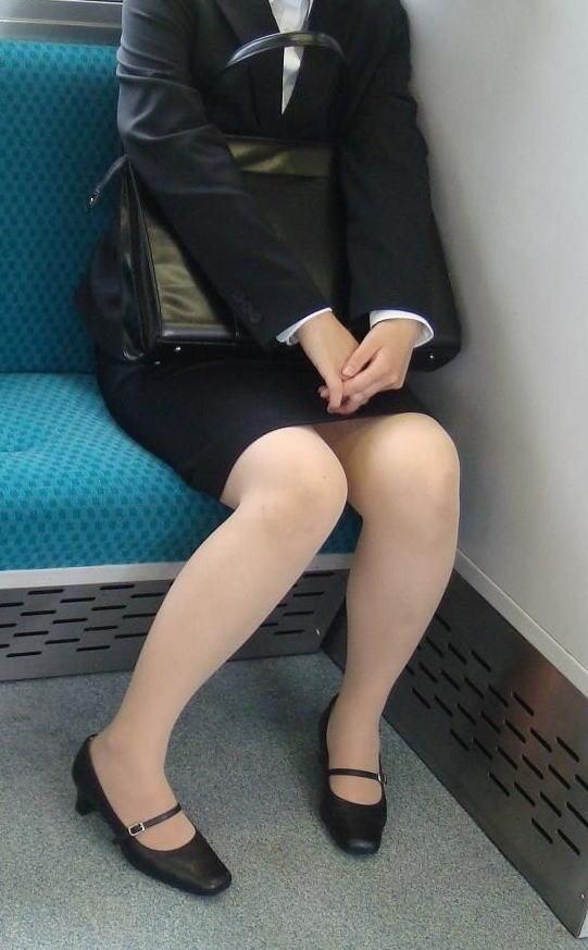 電車 通勤 パンスト パンチラ OL エロ画像【4】