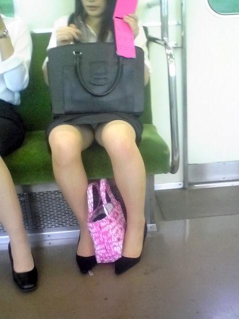 電車 通勤 パンスト パンチラ OL エロ画像【5】