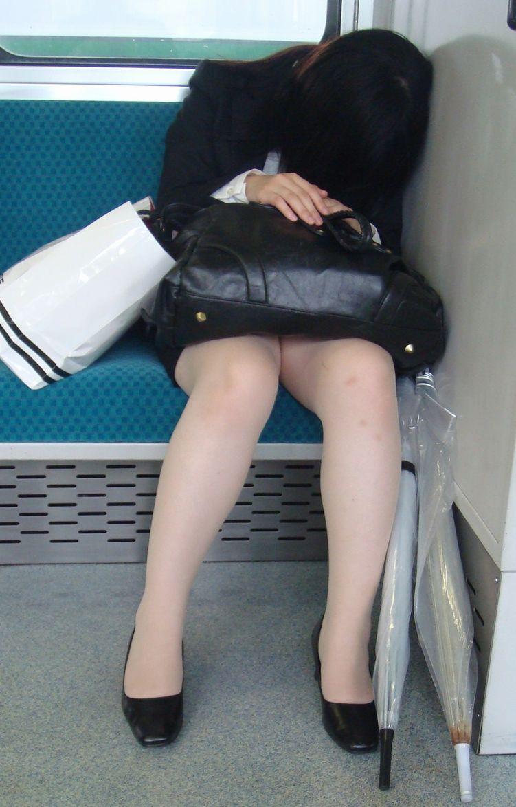 電車 通勤 パンスト パンチラ OL エロ画像【7】