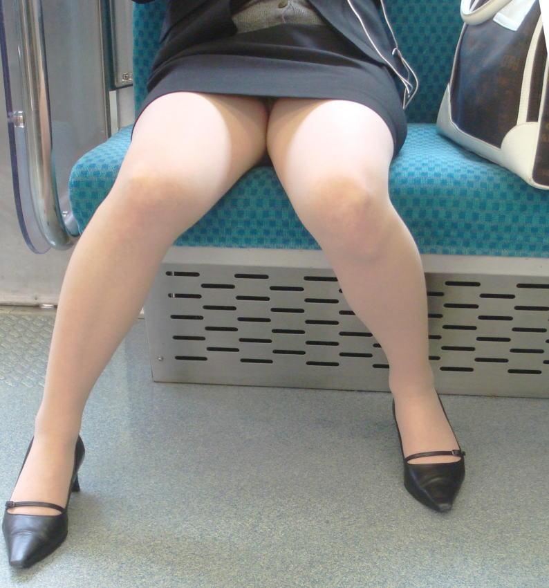 電車 通勤 パンスト パンチラ OL エロ画像【10】