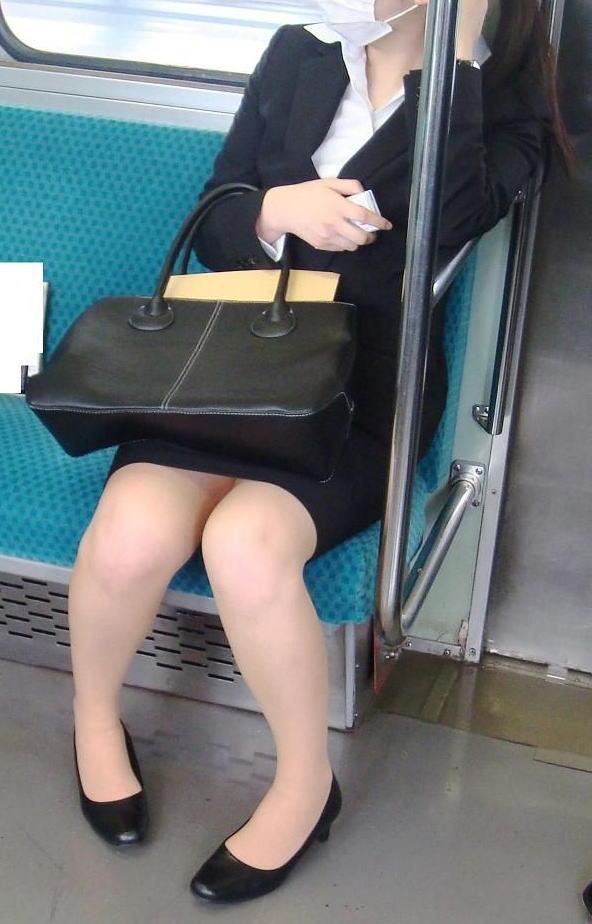 電車 通勤 パンスト パンチラ OL エロ画像【11】
