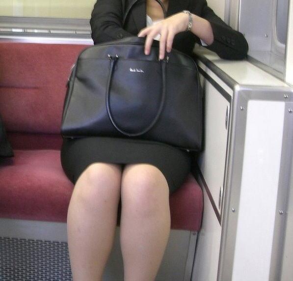 電車 通勤 パンスト パンチラ OL エロ画像【12】