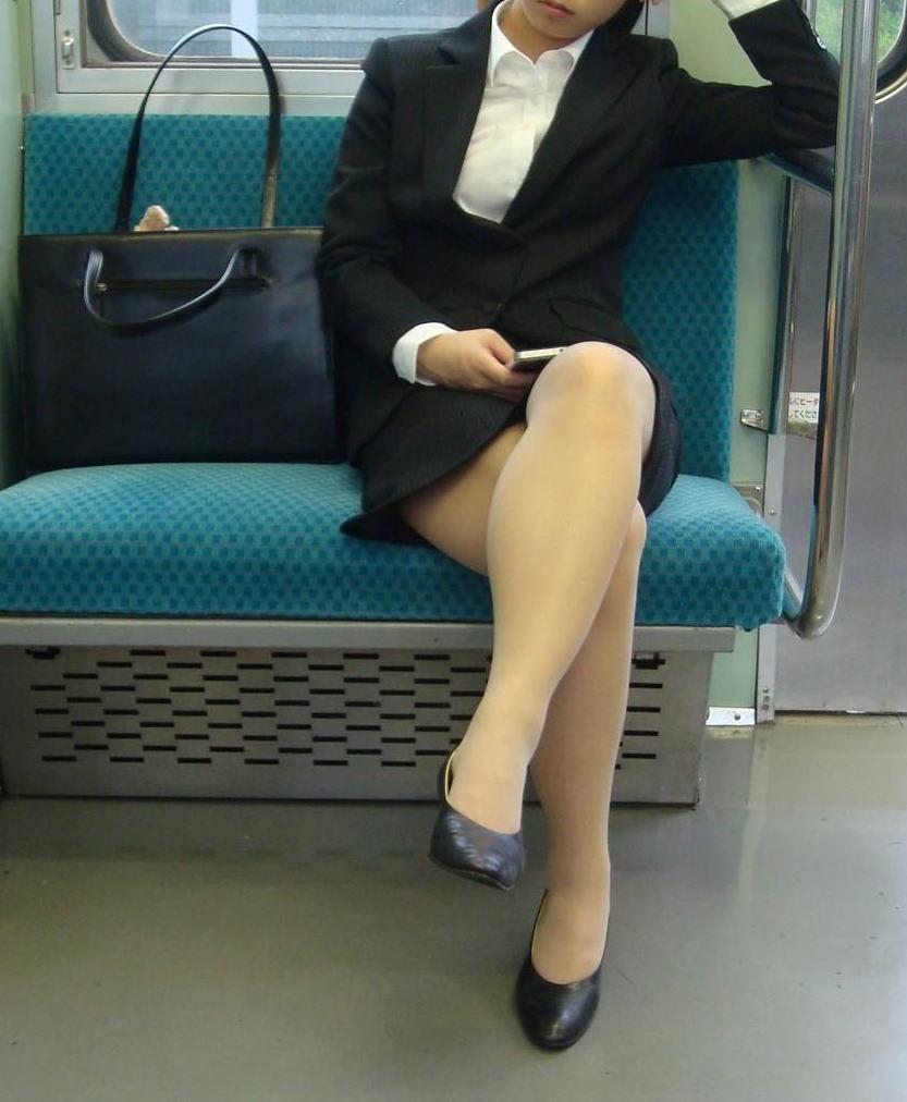 電車 通勤 パンスト パンチラ OL エロ画像【13】
