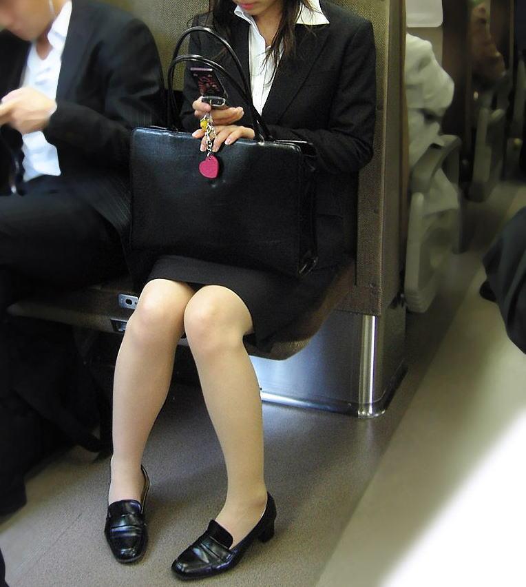 電車 通勤 パンスト パンチラ OL エロ画像【14】