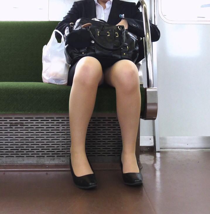 電車 通勤 パンスト パンチラ OL エロ画像【18】