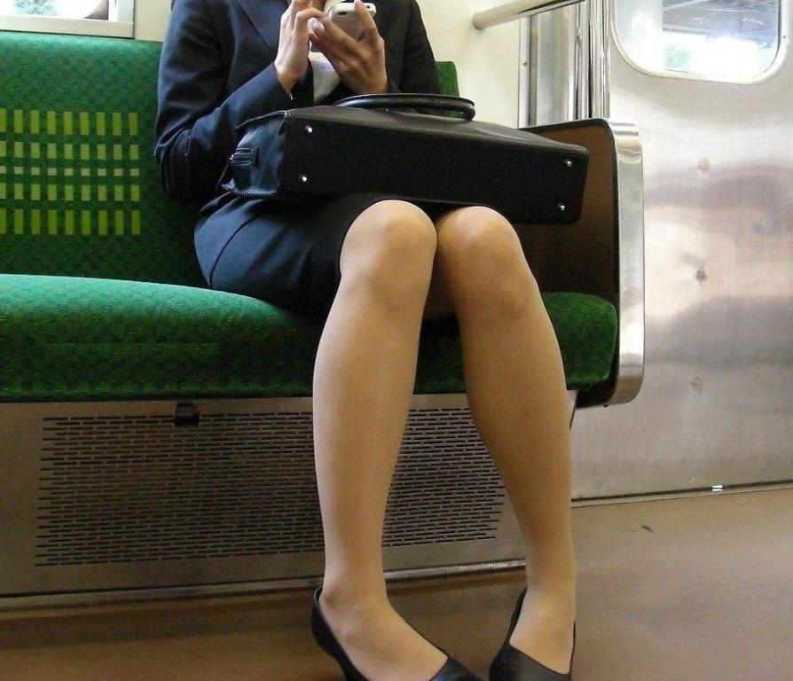 電車 通勤 パンスト パンチラ OL エロ画像【28】