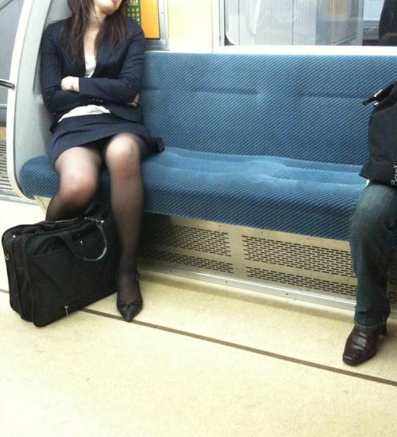 電車 通勤 パンスト パンチラ OL エロ画像【32】