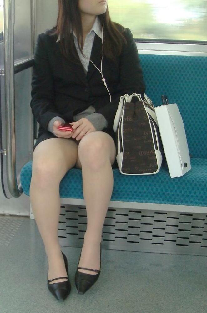 電車 通勤 パンスト パンチラ OL エロ画像【33】