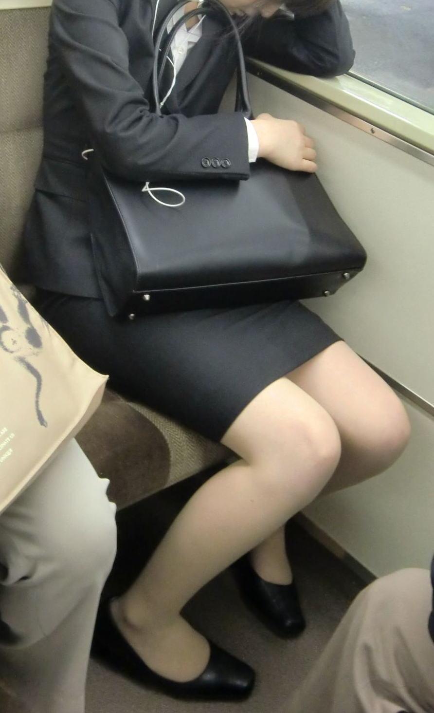 電車 通勤 パンスト パンチラ OL エロ画像【37】