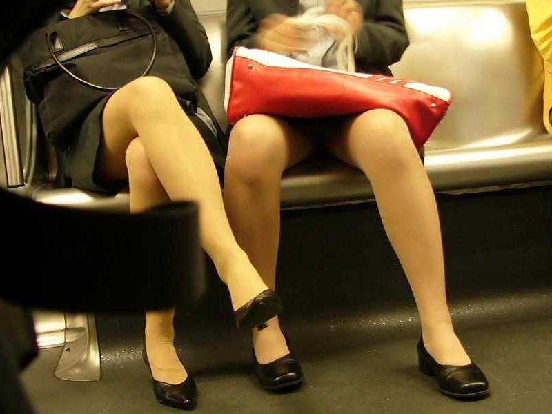 電車 通勤 パンスト パンチラ OL エロ画像【39】