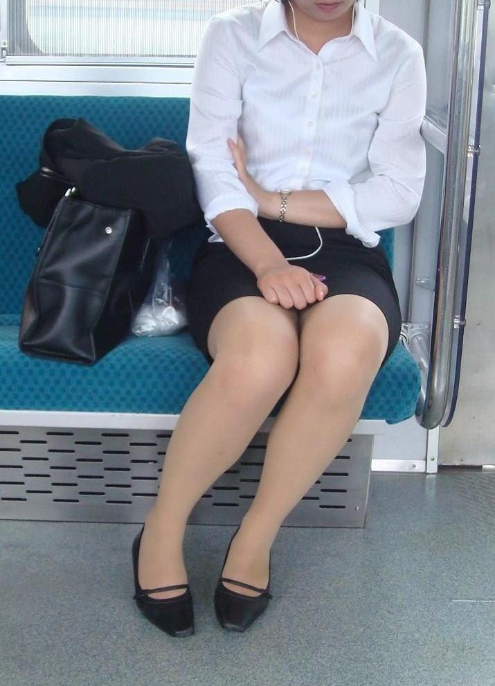 電車 通勤 パンスト パンチラ OL エロ画像【40】