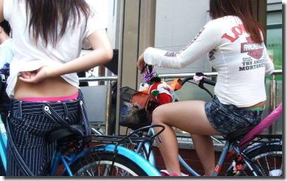 立ち漕ぎ自転車パンチラとハミパンローライズのエロ画像 ①