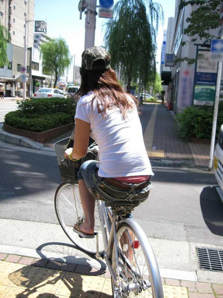 立ち漕ぎ 自転車 パンチラ ハミパン ローライズ エロ画像【8】