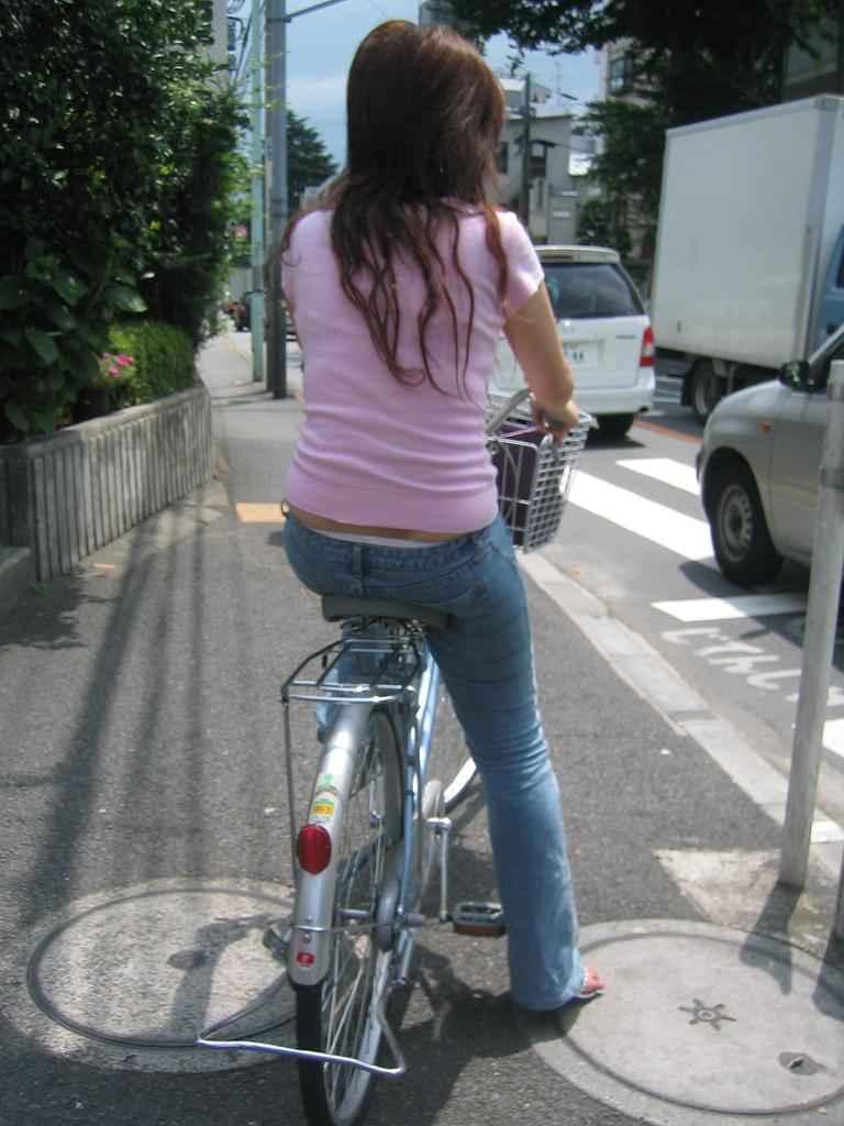 立ち漕ぎ 自転車 パンチラ ハミパン ローライズ エロ画像【11】