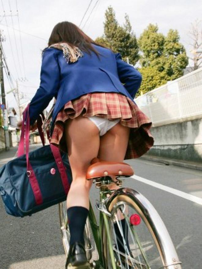 立ち漕ぎ 自転車 パンチラ ハミパン ローライズ エロ画像【12】