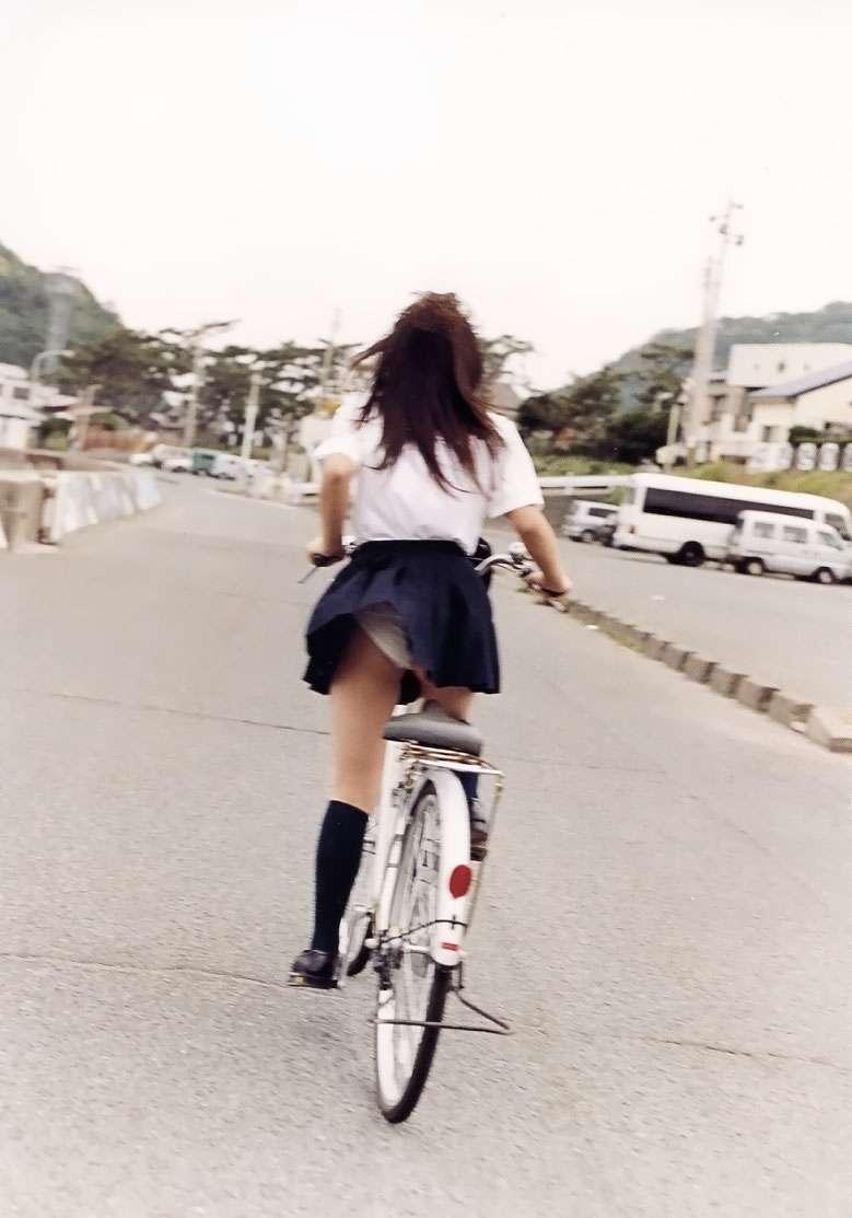 立ち漕ぎ 自転車 パンチラ ハミパン ローライズ エロ画像【15】
