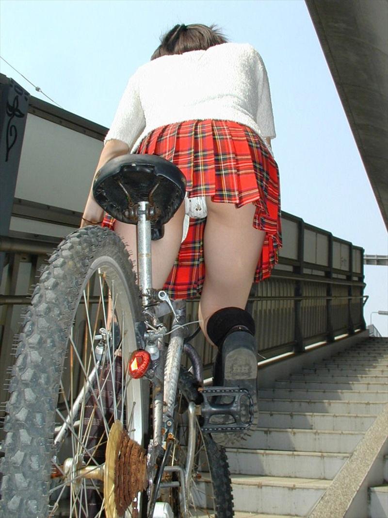 立ち漕ぎ 自転車 パンチラ ハミパン ローライズ エロ画像【21】