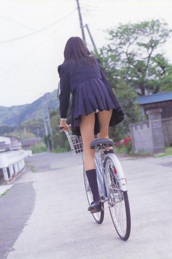 立ち漕ぎ 自転車 パンチラ ハミパン ローライズ エロ画像【26】