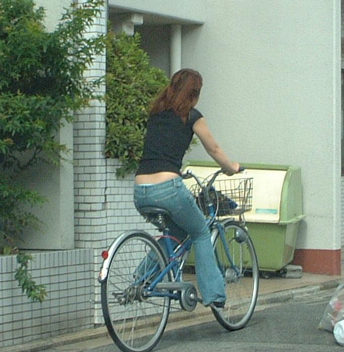 立ち漕ぎ 自転車 パンチラ ハミパン ローライズ エロ画像【29】
