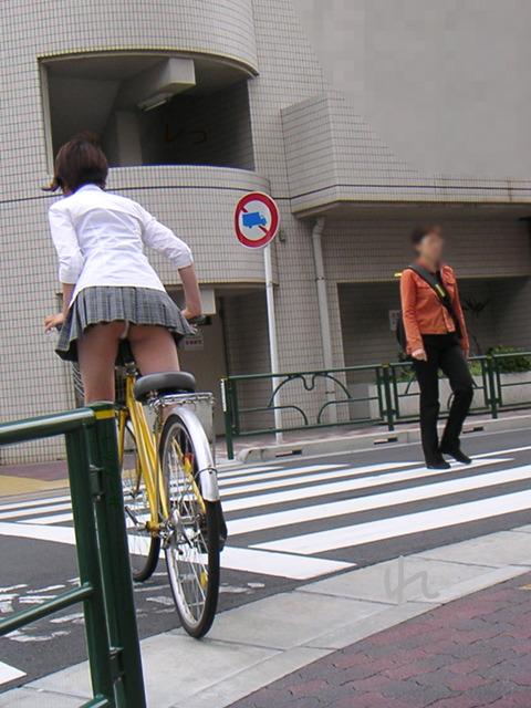 立ち漕ぎ 自転車 パンチラ ハミパン ローライズ エロ画像【30】
