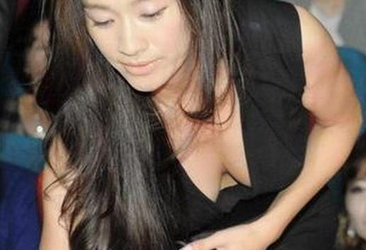 篠原涼子(41)「見えたかしら?」←かがんで垂れたおっぱいからwww(※画像あり)