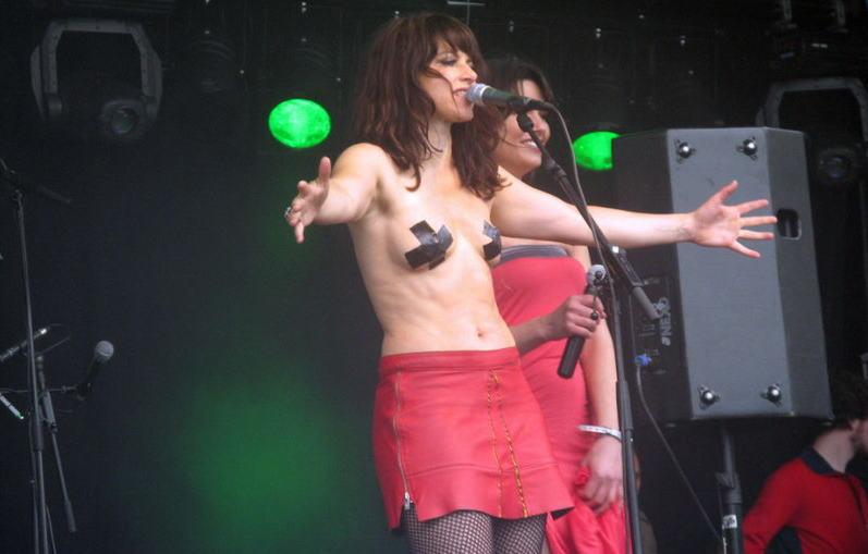 【画像】売れない女ミュージシャンたちが最終手段で裸になっててエロすぎる