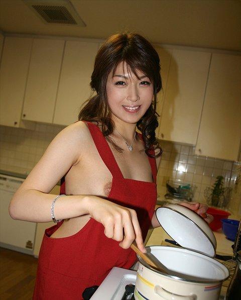 美人妻 裸エプロン 美女 エロ画像【20】