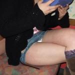 太ももでパンツを隠せなかった脚組みパンチラのエロ画像