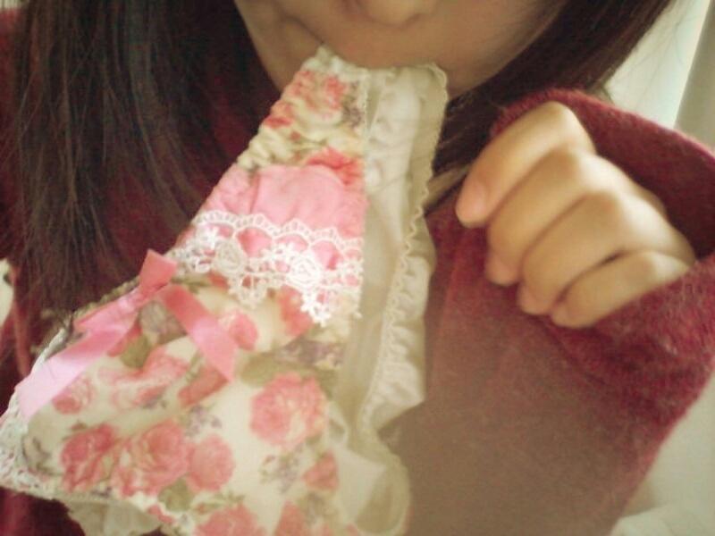 パンツ 舐める 咥える 被る エロ画像【9】