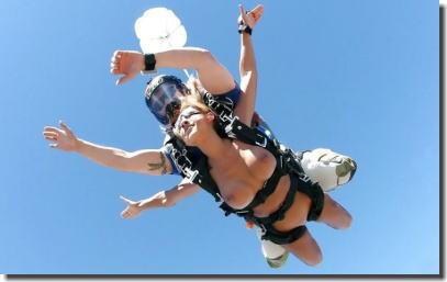 裸で空を飛ぶクレイジーなヌードスカイダイビング画像集 ③