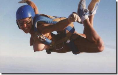 裸で空を飛ぶクレイジーなヌードスカイダイビング画像集 ④