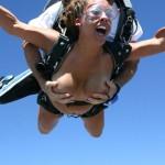 裸で空を飛ぶクレイジーなヌードスカイダイビング画像集