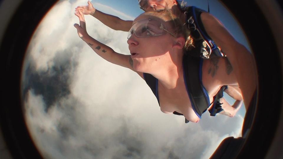 裸 空 飛ぶ クレイジー ヌード スカイダイビング エロ画像【8】