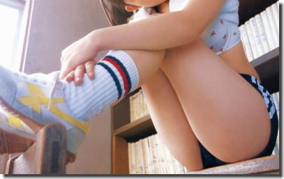 ブルマ・体操服で体育座りをしてる青春の股間のエロ画像 ③