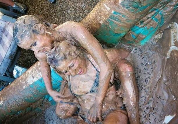 女同士 泥 レスリング ファイト 海外 泥レス エロ画像