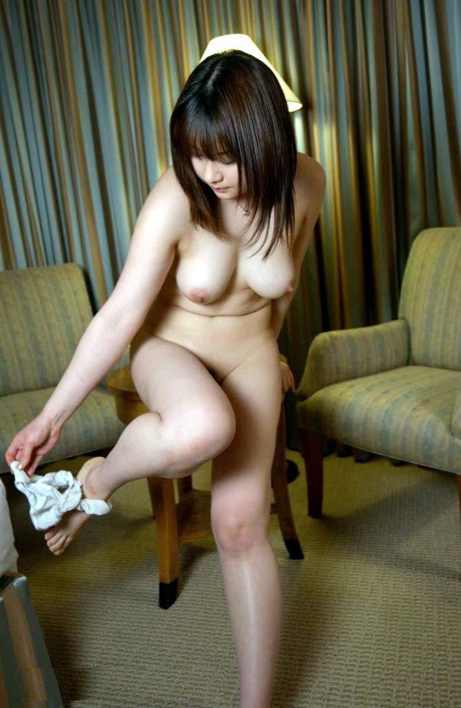 下着 足元 下げる パンツ 脱ぎ終わり エロ画像【26】